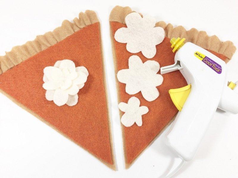 Creatively Beth makes a pumpkin pie banner from felt#creativelybeth #thanksgivingcrafts #piebanner #feltcrafts #piegarland #pumpkinpiebanner