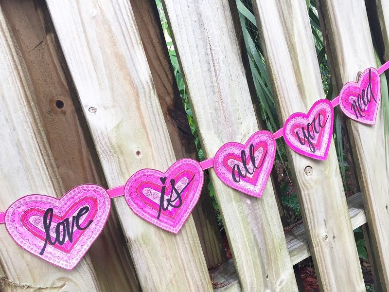 Hand Lettered Valentine Banner with Free Printable from Creatively Beth #free #printable #handlettered #tombowdualbrushpens #heart #drawing