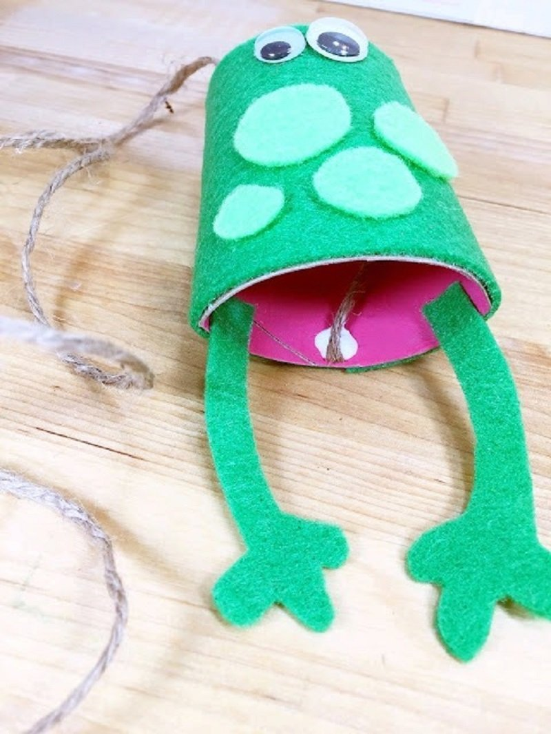 Glue on a twine tongue for the frog Creatively Beth #creativelybeth #recycled #toiletpapertube #tptube #kidscraft #frog