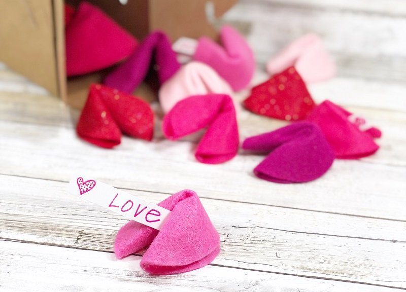 DIY Felt Fortune Cookies for your Valentine Creatively Beth #creativelybeth #feltcrafts #fortunecookie #DIYcrafts