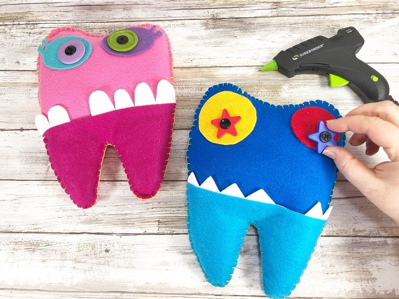 Attach stacked buttons to the felt eye pieces with hot glue Creatively Beth #creativelybeth #toothfairy #fairfieldworld #80daysofpolyfil #polyfil #felt #monster #craft