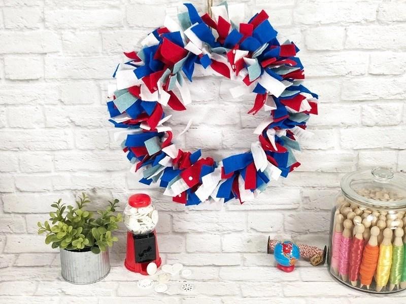 Patriotic Felt Scrap Wreath by Creatively Beth #creativelybeth #feltcrafts #julyfourth #redwhiteandblue #easycrafts