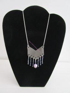 sautoir simili cuir gris flèche perles violette et noires