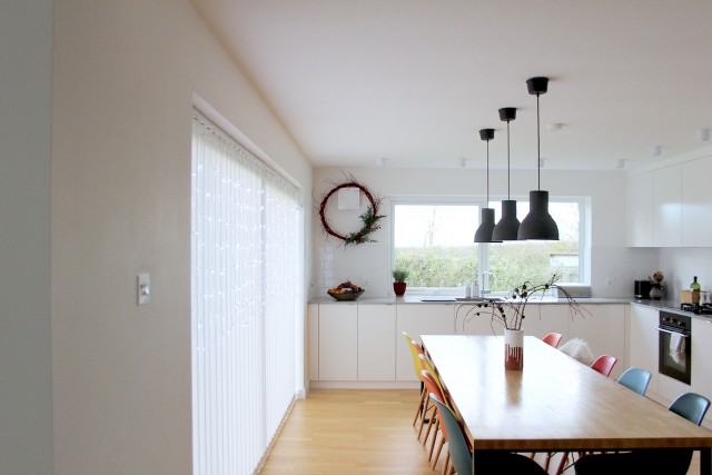 simplistic kitchen with holiday decor - Prinku
