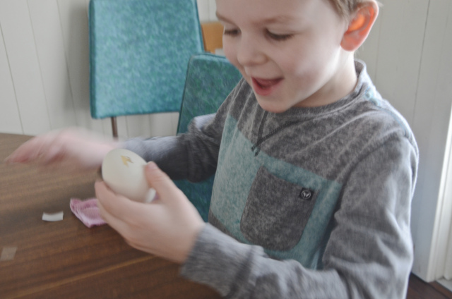 DIY Easter Eggs mess free and perfect for kids