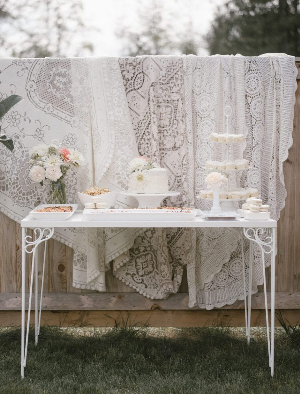 White Lace and Boho Baby Shower | Floral Cake, macarons, mini cupcakes, caramel popcorn and.... pizza! | White Boho Baby Shower