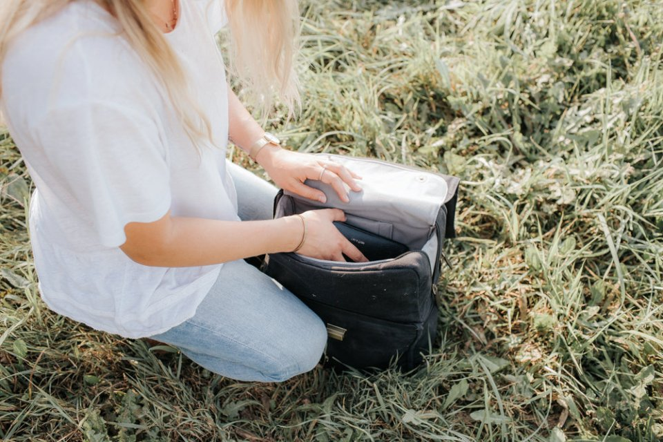 Photographer Mama and Daughter styling comfortable and stylish camera bag by Jo Totes | Functional camera gear for photographers