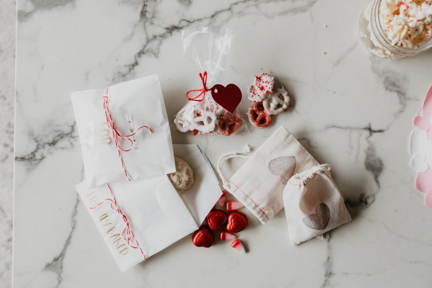 10 Party Decorations and Valentine's Food Ideas // Chocolate heart strawberries, vegan cookies, chocolate sprinkle popcorn, valentines treat bags, flavoured irish soda recipe and floral heart garland