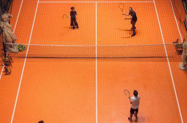 asad raza crea una pista de tenis en una iglesia en Milán