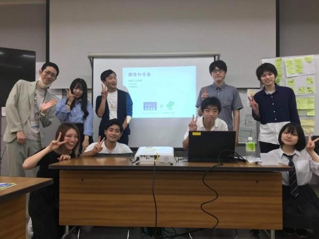 区役所職員の高橋さん(左端)と、当日オフラインでミーティングに参加したメンバー(提供:かわさき若者会議)