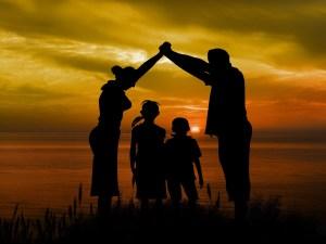 pont humain couché de soleil en famille