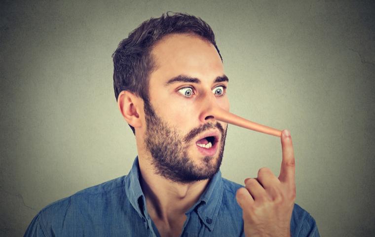 鼻が伸びている男性