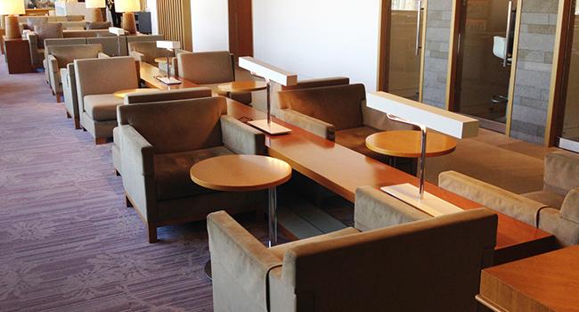 ラウンジのソファーやテーブルなど