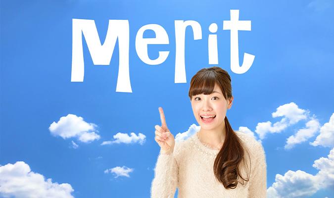 meritの文字を指差している女性