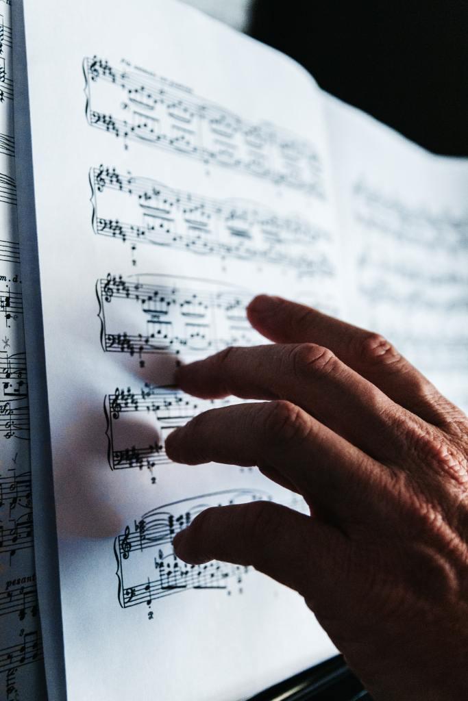 un compositeur de musique relit sa partition