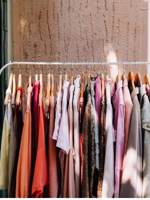 Mélange de vêtements sur cintre