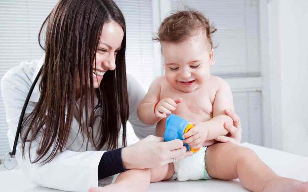 médecin avec un bébé en micro-crèche