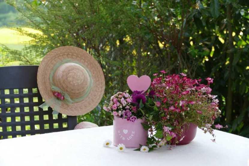 tavolata di ferragosto e fiori