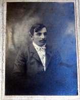 Virgilio, 32 años. Padre de Agueda, Villo, Nazario, Toño, Hilario, Onésimo, Leóncio, Teófilo