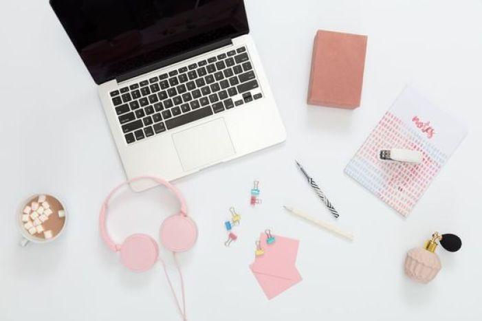 Ser produtivo é objetivo de vida de muitos principalmente de quem trabalha em casa. Por isso separei umas dicas para você ser mais produtivo todos os dias trabalhando em casa. #comosermaisprodutivo #comosermaisprodutivotrabalhandoemcasa #trabalhandoemcasa #produtivo #comoserprodutivo #blogging #blog #ganhardinheironainternet #produtividade