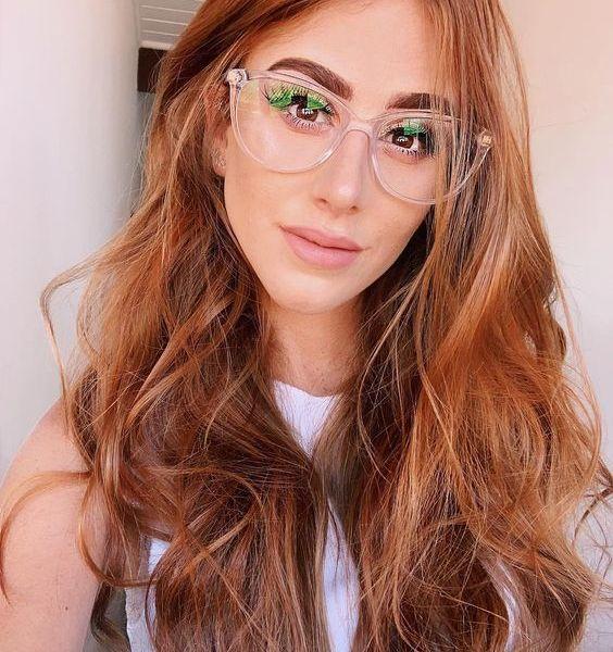 Blogueira Mari Maria usando óculos transparente.