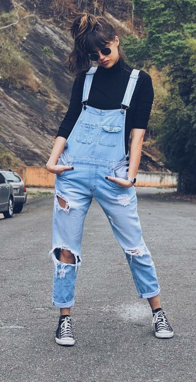 look tumblr inverno com jardinheira jeans rasgado