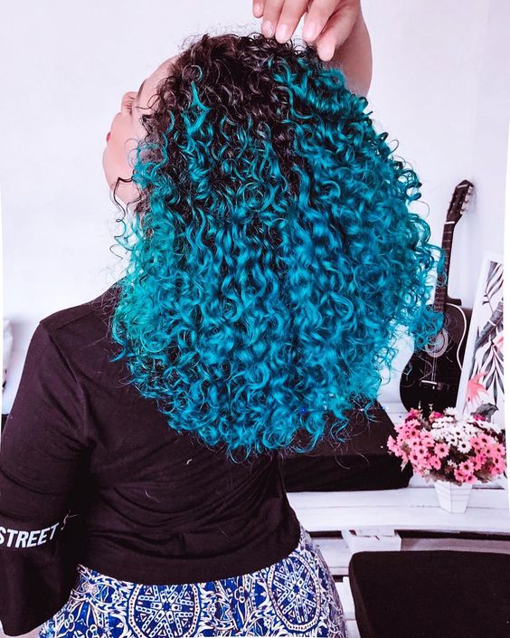 cabelo colorido cacheado azul