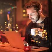 カフェでパソコンを使う男性