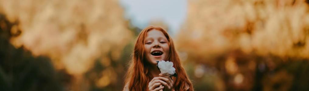 花を持って笑う少女
