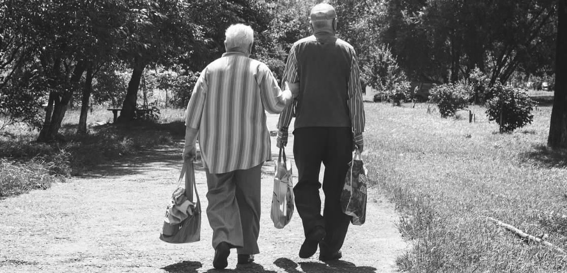 老夫婦の後ろ姿