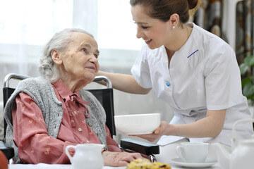介護士と女性