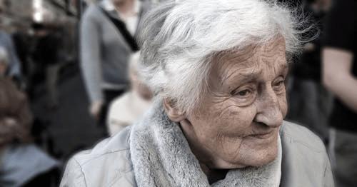 街の中の老女