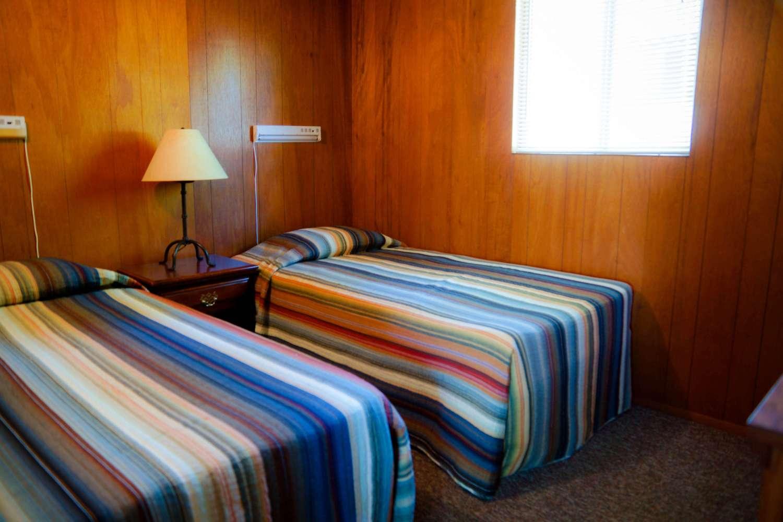 Cabin 2 Crest Lodge Table Rock Lake twin bedroom
