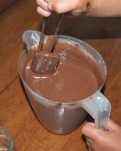 Mouse dechocolate sin leche y vegana preparada en una jarra