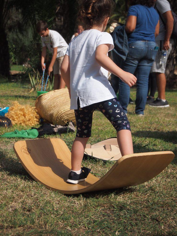 Niño jugando con la tabla curva
