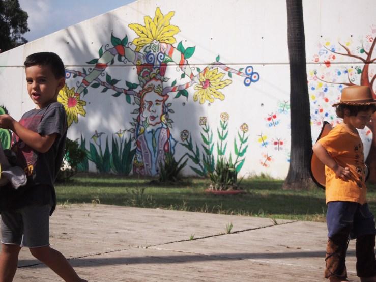 Niños jugando y grafiti del parque de los Locos detrás