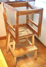 Torre de aprendizaje hecha con una banqueta y una silla al reves