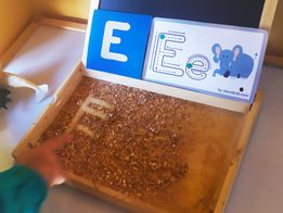 Usando la harina sensorial para trazos de letras