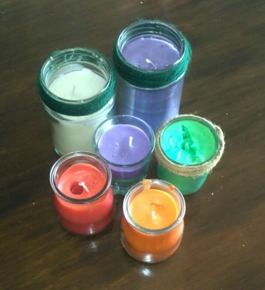Velas casera de colores en tarritos de cristal