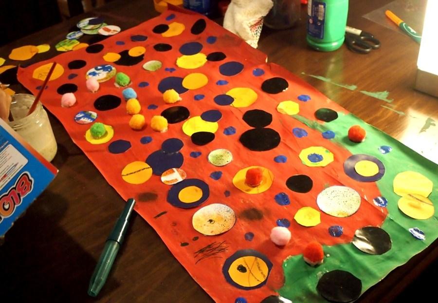 Foto del college que hicimos de puntos y colores con pompones
