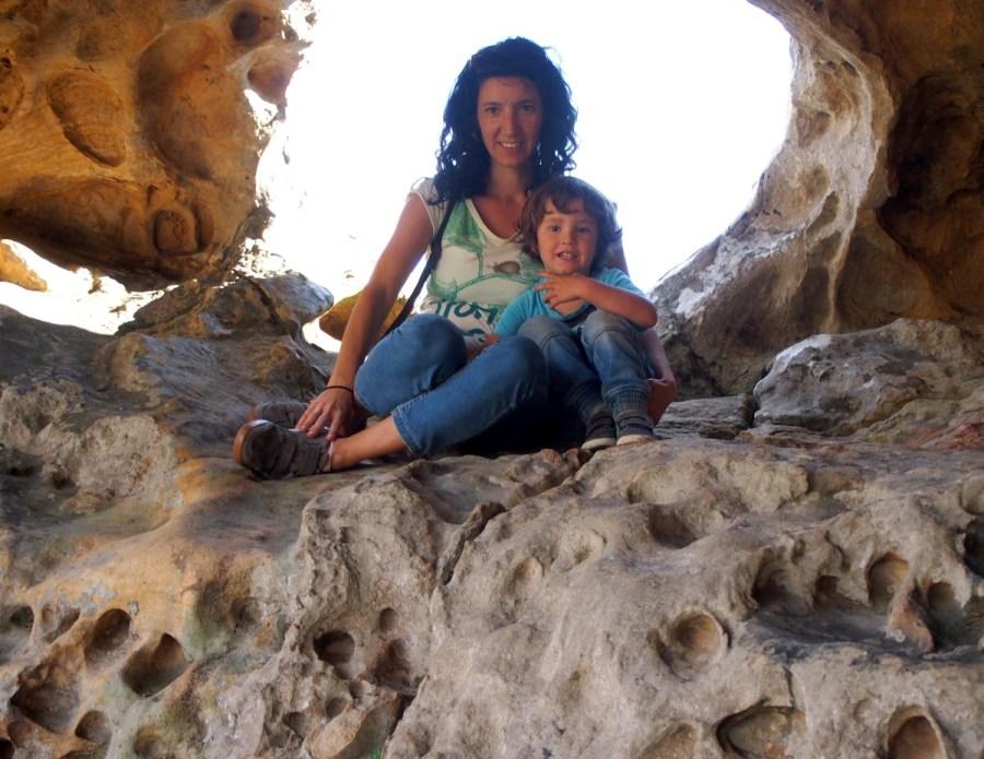 Retrato de Llanos y Nico sentados en una roca