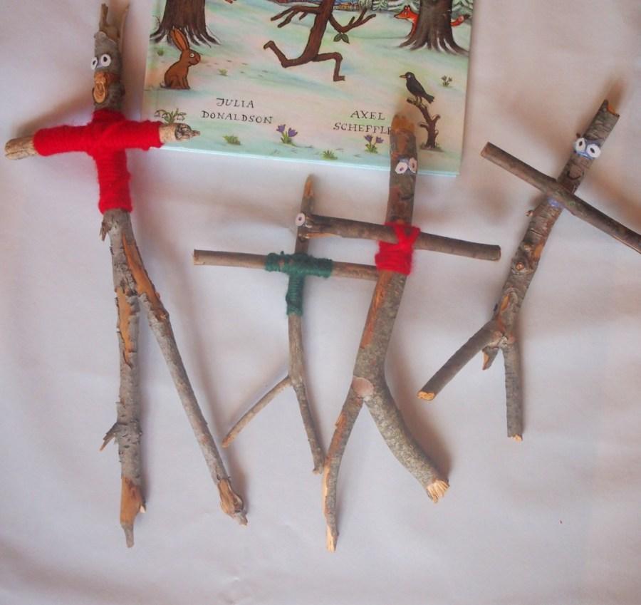 Hombres hechos con palos y unidas las partes con lana
