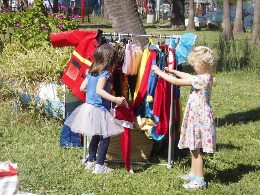 Niñas eligiendo su disfraz en el grupo dejuego Sintiendo el parque