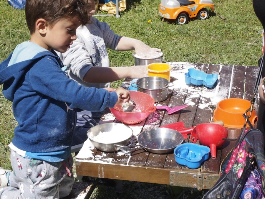 niños jugando con harina en el grupo de jeugo exterior