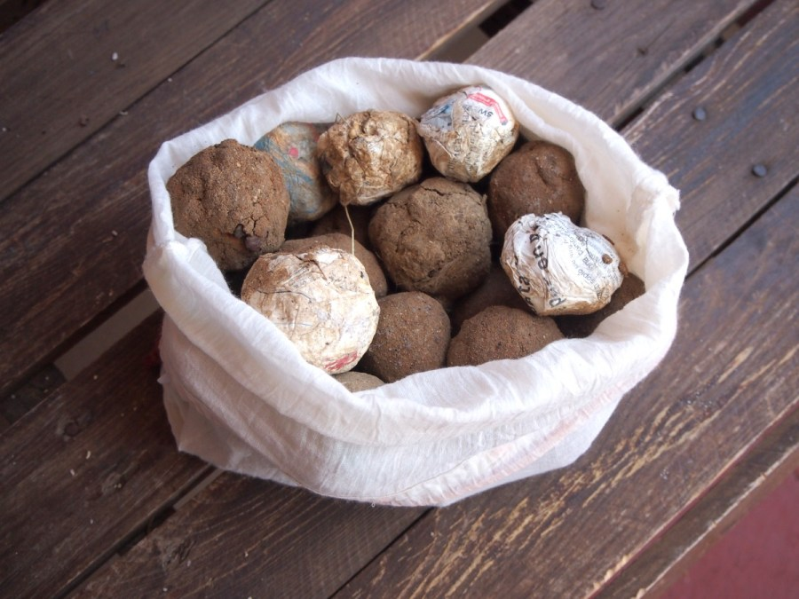 Bombas de semillas metidas en una bolsa ya secas y listas para ser tiradas. Genial idea de manualidades ecológicas