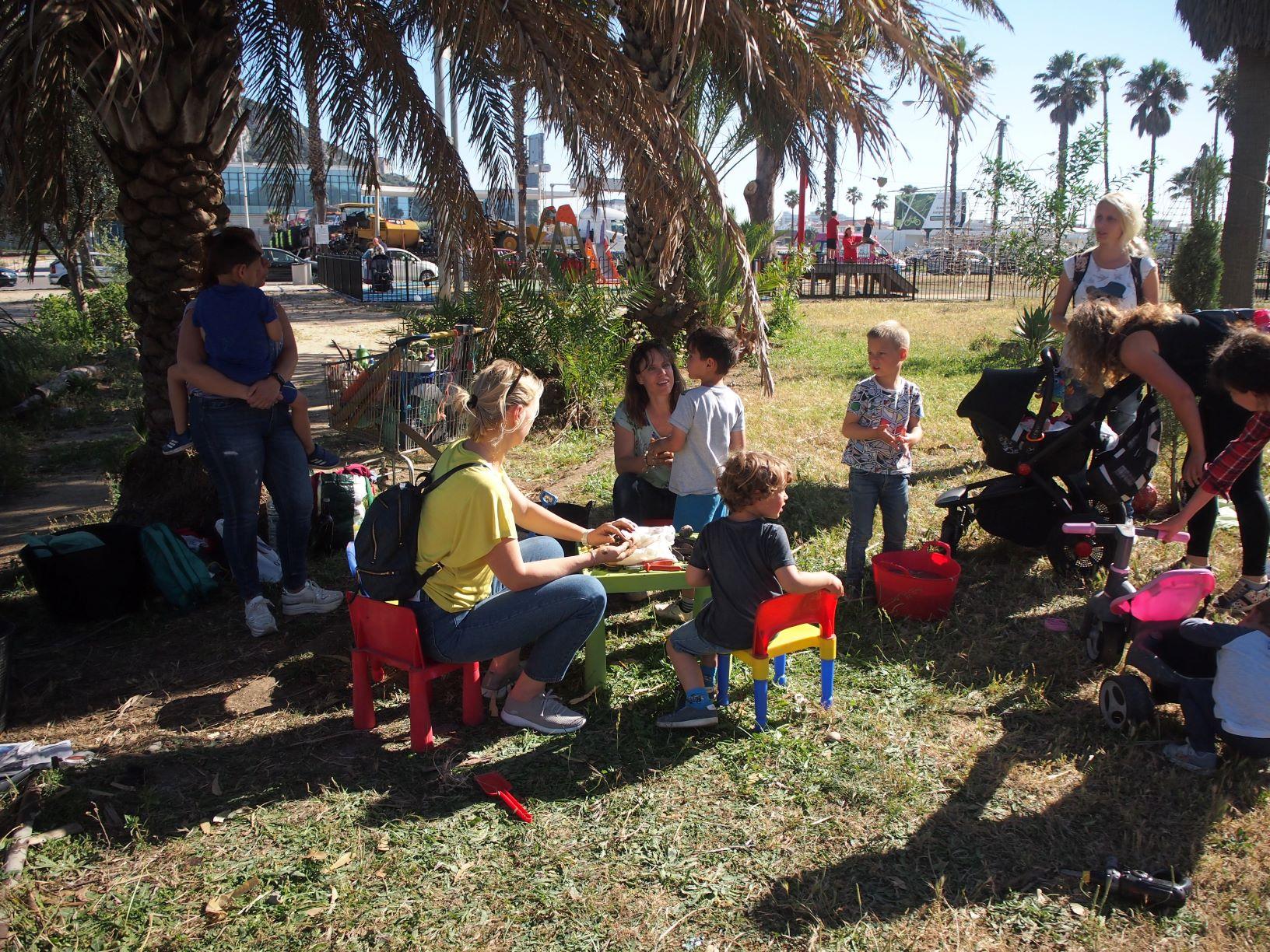 Familias haciendo las bombas de semillas en el grupo de juego