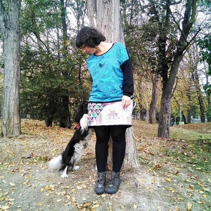 Foto deJaione acariciando un perro