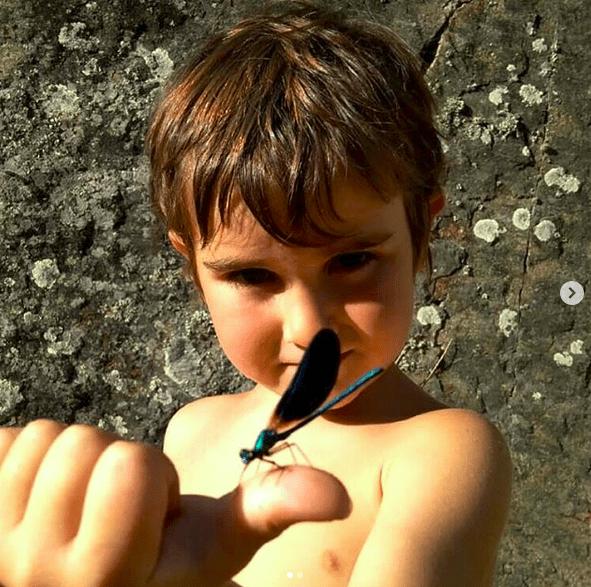 Mi sobrino con un caballito del diablo posado en la mano