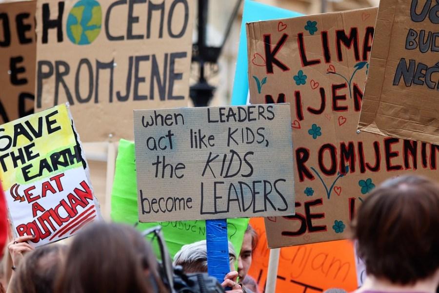 Foto con pancartas sobre el cima en una manifestación