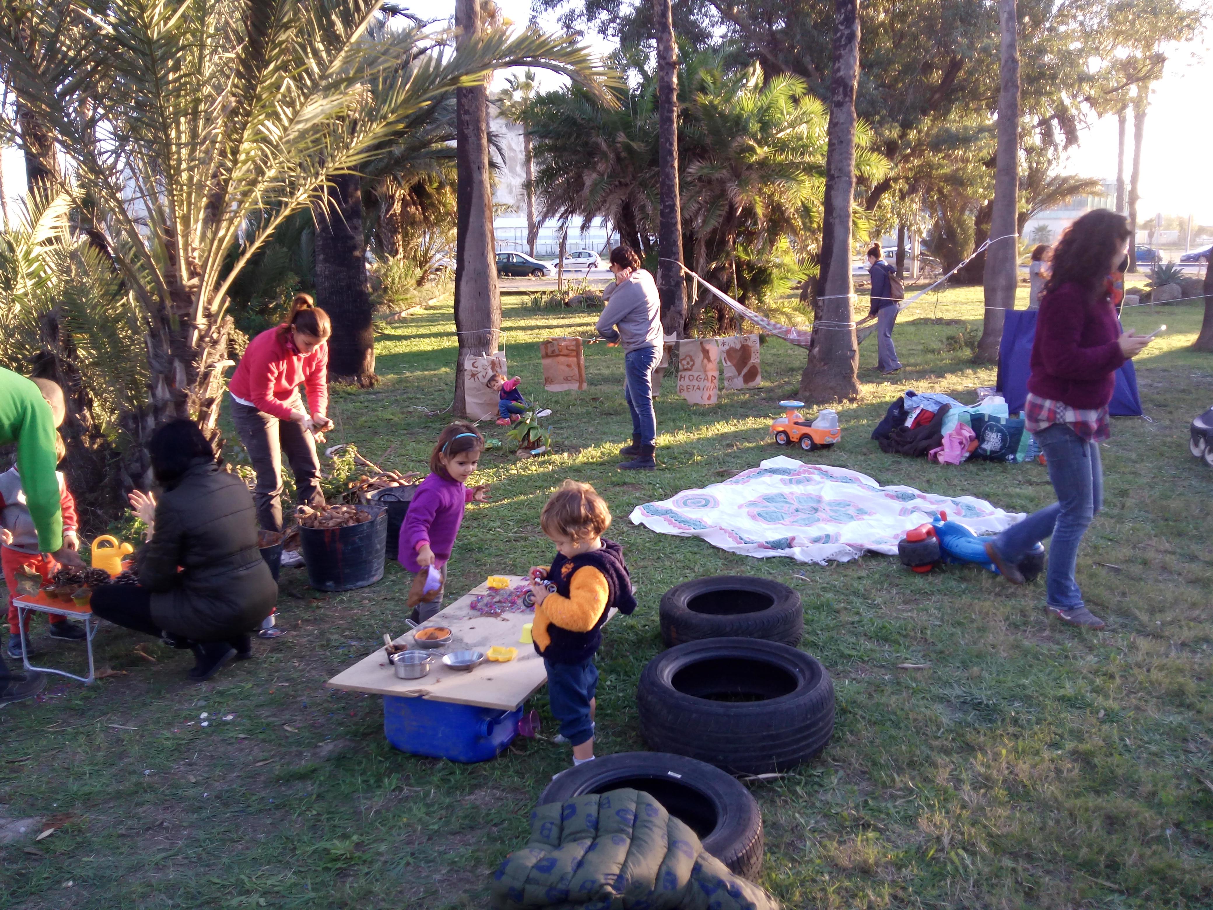Niños jugando en el grupo de juego